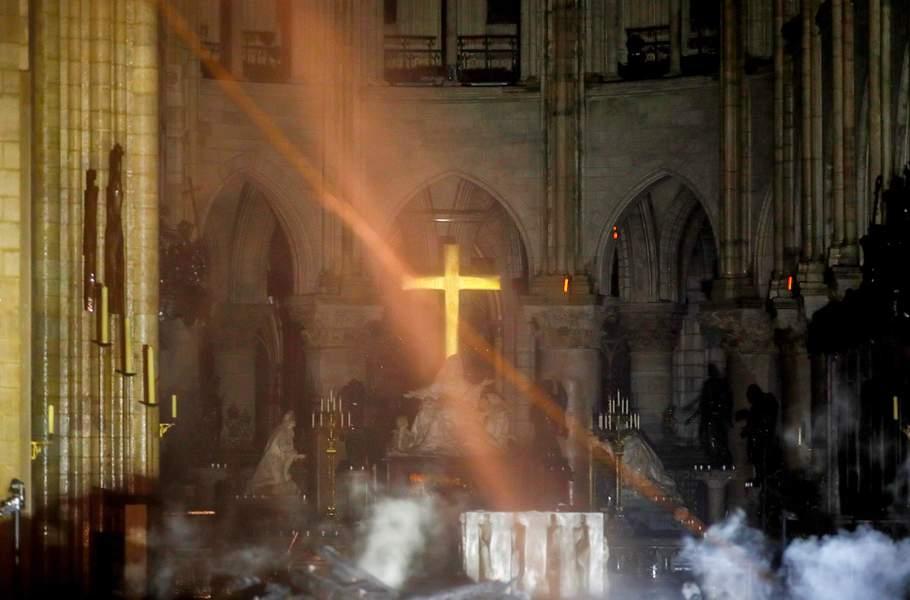 incendie-a-notre-dame-de-paris-les-premieres-images-impressionnantes-de-l-interieur-de-la-cathedrale